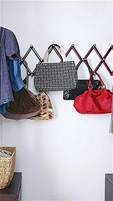 Hang handbags using zigzag hooks