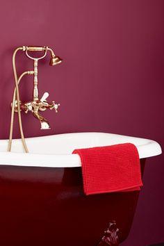 Cosmopolitan FR1194, en varm burgunder farge som er en av våre mest glamorøse. Den er elegant og fascinerende. Mal badet ditt i denne fargen få følelsen av en urban eleganse.  #åretsfarge2017#rød#rødt#badekar#gullarmatur#eleganse#bad#inspirasjon#inspiration#burgunder#red Ikea, Fashion, Moda, Ikea Co, Fashion Styles, Fashion Illustrations