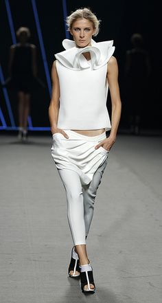 Amaya Arzuaga - Madrid Fashion Week P/V 2016 #mbfwm Fashion History, Fashion Art, Womens Fashion, 2016 Fashion Trends, Spanish Fashion, Collar Designs, Kinds Of Clothes, Fashion Design Sketches, Black White Fashion