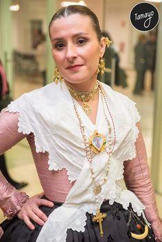 Spanish Costume, Folk Costume, Apron, Fashion, Vestidos, Silk Fabric, 18th Century, Hair Combs, Dressings