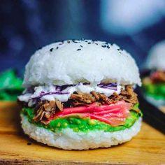 No mundo todo, restaurantes estão criando uma forma de servir arroz compacto em formato de pão de hambúrguer e recheado com uma combinação de ingredientes tradicionais tanto de sushi como de hambúrgueres.