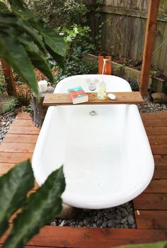 A salvaged clawfoot tub can make a fab and cheap outdoor tub to relax in. A salvaged clawfoot tub can make a fab and cheap outdoor tub to relax in. Outdoor Bathtub, Outdoor Bathrooms, Outdoor Showers, White Bathrooms, Luxury Bathrooms, Master Bathrooms, Dream Bathrooms, Ideas Terraza, Cast Iron Tub