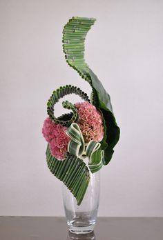 Morceaux de prêle collés un à côté de l'autre avec célosia, grosse feuille et longue feuille deux tons tournée