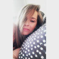 Fakt, że aktualną pogodę sprawdzam za pomocą aplikacji zamiast spojrzeć przez okno, pod którym notabene leżę, czyni mnie osobą leniwą czy pomysłową? 😂  .  .  #blog #migalniablog #selfie #instaselfie #bedselfie #instamatka #instamama #mom #ciąża #pregnant #impregnant #jestemwciazy #38weekspregnant #38tc #rodzew2017 #mamawdwupaku #lazy #lenistwo #łóżko #bed #portrait #face #instamood #polishwoman #polishgirl #blonde #queen #beauty #makeup #photo