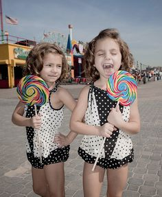 twins having fun – Photo by Christopher Auger-Dominguez – Shot for a personal series on child actors, this is a portrait of twin actors Josie and Lucy Gallina having fun at the Coney Island boardwalk. They play Emily Schroeder on HBO's Boardwalk Empire. Twin Girls, Twin Sisters, Child Actors, Pink Summer, Summer Pictures, Little Girl Fashion, Children Photography, My Girl, Summertime