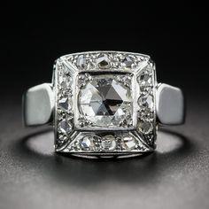 Algo diferente y muy peculiar en un anillo de diamante original de finales del art déco - 1930 circa. La moderne, joya geométrica concebida se hace a mano en reluciente oro blanco de 18 quilates y cuenta con una central, geodésica, se levantó de corte de diamante adornado todo con filas arqueadas de pequeños diamantes rosa de corte. Elegante y llamativo! La parte superior mide 19.9 pulgadas, el tamaño del anillo 6 3/4.