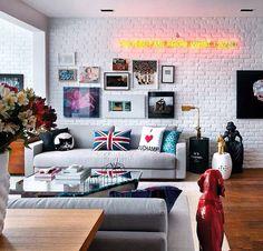 Parede tijolo + parede de quadros + sofá cinza = sala jovem