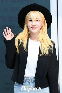 Check out South Korean singer Sandara Park's latest airport fashion. Sandara Park Fashion, 2ne1 Dara, Fashion Week Paris, Cropped Blazer, Incheon, Korean Artist, Korean Celebrities, Airport Style, Kpop Fashion
