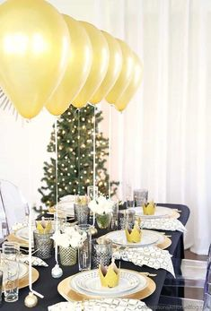 This Black & Gold Christmas dinner party tablescape has a Balloon Centerpiece that will wow your guests! dinner party Table Setting with Balloons Centerpiece - Celebrations at Home New Years Eve Dinner, New Years Eve Party, Christmas Table Settings, Holiday Tables, New Years Decorations, Table Decorations, Balloon Centerpieces, Centerpiece Ideas, Christmas Dinner Party Decorations