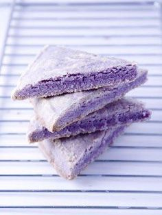 lavender shortbread recipe #GUESSGirlBelle Yummy Treats, Sweet Treats, Yummy Food, Just Desserts, Dessert Recipes, Food Network Recipes, Cooking Recipes, Lavender Shortbread, Lavender Scones