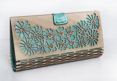 Modieuze vrouwen van 2 kanten handzak, gemaakt met triplex & zijde,-geweldig cadeau voor elke gelegenheid! Prachtige Art Nouveau stijl bloemen zijn ingelegd met bruin hout. Als u bestellen in verschillende stof kleur wilt schrijf me een massage. ---------------------------------------------------------------------- MATERIAAL  3mm - 4mm/1/8 dik berken multiplex Zijde verkrijgbaar in verschillende kleuren  --------------------------------------------------------------------- MATEN  Lengte: 27…