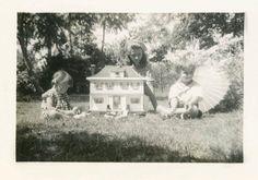 Poco chica w muñeca en Buggy por foto vintage de la casa