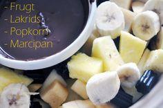 Chokoladefondue som har noget til alle. Lakrids stykker, marcipan stykker, popkorn, flødeskum og frugt. Mums :)