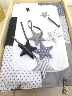 Une housse de matelas pour langer bébé dans les étoiles.