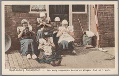 Vijf handwerkende meisjes in streekdracht, uit Bunschoten-Spakenburg, na 1905 #Utrecht #Spakenburg