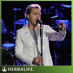 Cristian Castro llevando un pin de #Herbalife!! ;-) www.facebook.com/novedades-herbalife