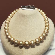 珍珠小講座3  皮膚分泌物附著於珍珠表面時其酸性物質將珍珠表面的鈣溶化結果造成珍珠表面出現微細的凹凸這種微觀上的凹凸才是奪走珍珠光澤的元凶清洗的表面意思是去除污漬恢復物品表面的美麗但是對珍珠來說只去處污漬鈍化的光澤沒有重現就不能說是清洗  #pearl #cleaning #pearlcleaning #shining #shimmer #shimmery #pearls #lesson #lessons #tonic #ginza #jewellery #jewelryforsale #jewelrygram #jewellerydesigner #パール #パールネックレス #necklace #elegance #elegant