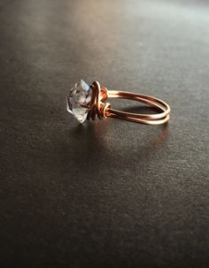 Belle herkimer diamant bague (taille US 5) présenté dans une boîte de bague de velours. Le diamant de herkimer mesuré d'un point à l'autre est de 11mm.  Note: Vous désirez cette bague redimensionnée? Faites le moi savoir.  Diamants de Herkimer émanent une haute énergie harmonieuse sur les niveaux supérieurs du spectre vibratoire quartz, émanant de la lumière la plus brillante crystal, aide à purifier votre champ dénergie et vous ajuster à la lumière blanche de lessence divine. Diamants de…