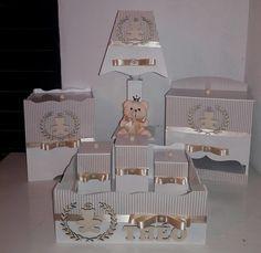 GRATIS PORTA RETRATO 10X15 DECORADO NA COR DO KIT. kits higiene mdf com 7 peças: abajur,porta fraldas,lixeira,3 potes e bandeija. faça na cor e modelo desejado prazo pra entrega até 15 dias. modelos(contate-nos. Wood Crafts, Diy And Crafts, Neli Quilling, Kit Bebe, Baby Kit, Decoupage Art, Baby Nursery Decor, Baby Cards, Beautiful Children
