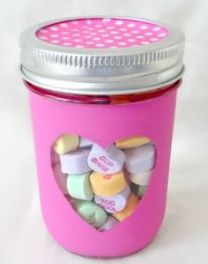 Surprise your loved ones with these easy DIY Valentines mason jar gifts this year! These mason jar gifts are perfect for Valentines day. Diy Valentine's Mason Jar, Mason Jar Gifts, Diy Jars, Diy Valentines Cards, Valentine Day Crafts, Valentine Ideas, Easy Diy Gifts, Creative Gifts, Creative Ideas