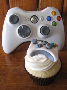 XBOX 360 Controller Cupcake  Vanilla cupcake frosted with vanilla buttercream and topped with a handcrafted fondant Microsoft Xbox 360 controller.