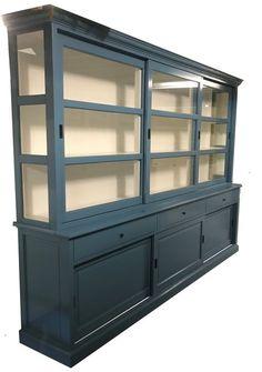 Buffetkast XL oud blauw Lisse 310cm grote landelijke buffetkast in oud blauw. Mooie sfeervolle kast met grote schuifdeuren en brede diepe laden, zijkanten glas. De oud blauwe kleur met witte binnenkant geven deze kast een mooie warme uitstraling in je interieur.