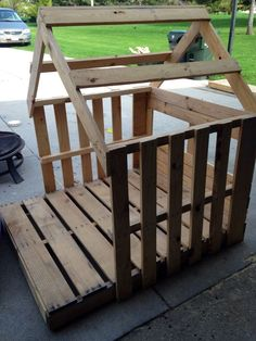 Pallet Woodworking Chicken Coop - Framed out playhouse from pallets Building a chicken coop does not have to be tricky nor does it have to set you back a ton of scratch. Pallet Playhouse, Build A Playhouse, Diy Easy Playhouse, Playhouse Ideas, Backyard Playhouse, Cubby Houses, Play Houses, Pallet Dog House, Pallet Coop