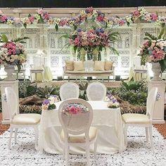 Rangkaian dekorasi pernikahan @lady_ledysta @iqbalimanuddin   #pupusiqbal  Venue : @sasanakriyavenue   Tema : Jawa Modern  Pelaminan : Gebyok Putih  Tone Bunga : #pastel    #azkaanggunart #decorationplanner #weddingdecoration #asmarandana #wedding #decoration #sasanakriya #flowerarrangement #freshflower #javanese #pernikahanjawa #resepsipernikahan #pelaminanjawa #gebyok #gebyokputih