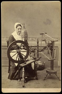 RARE EXCELLENT ANTIQUE SPINNING WHEEL WEAVING KNITTING YARN TEXTILE CABINET CARD