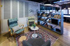 תחושה של סלון ביתי, מוגדר בשטיח ובספרייה (צילום: עוזי פורת)