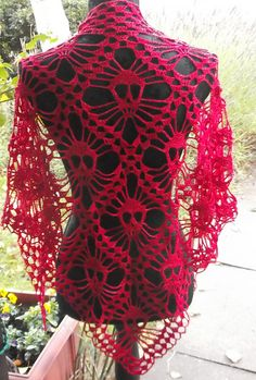 DIY Crochet Skull Shawl Free Pattern from kungen och majkis on Ravelry.Photo Above: Ravelry User redclover. Photo Below:  Ravelry User Dormicroche.You can find a tutorial for the crochet skulls on her blog: Kungen & Majkis Crochet here.