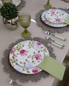 """173 Likes, 7 Comments - Mae & Filha Mesa Decor (@maeefilhamesadecor) on Instagram: """"Boa noite com essa mesa posta e os lindos Sousplats queridinhos de nossas clientes. Mãe & Filha…"""""""