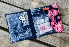 The Peek-a-Boo Pouch {free sewing pattern} — SewCanShe Diy Sewing Projects, Sewing Tutorials, Quilt Patterns Free, Free Pattern, Peek A Boo, Strip Quilts, Diy Blog, Fabric Storage, Couture