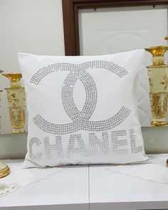 Add great elegance to your home by changing your pillow por HomeDecorLiving White Pillow Covers, White Pillows, Throw Pillow Covers, Throw Pillows, Diy Pillows, Glam Bedroom, Bedroom Decor, Glamour Decor