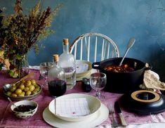 Langtidskokt oksegryter med gulrøtter, perleløk og sopp Bacon, Table Settings, Food And Drink, Home Decor, Table Top Decorations, Interior Design, Place Settings, Home Interior Design, Dinner Table Settings