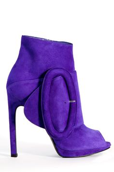 Tendance chausseurs : Description love, I need these and purple clothing to match or at least purple accessories which I don't have. My motto buy the shoe find something to wear later lol Mode Purple, Purple Love, Purple Shoes, All Things Purple, Shades Of Purple, Purple Accessories, Purple Suede, Purple Converse, Purple Rain