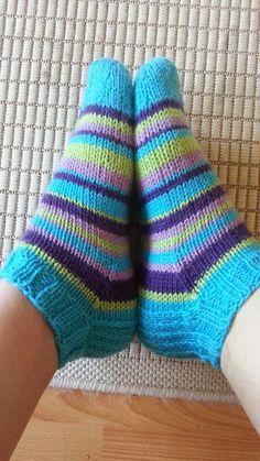 Olen jo pitkään katsellut eri facebook ryhmistä, kun ihmiset on tehneet villasukkia, nilkka mallisina. Minä ajattelin myös kokeill... Crochet Socks, Knitting Socks, Knit Crochet, Sexy Socks, Cool Socks, Awesome Socks, Knitting Projects, Knitting Patterns, Sock Toys