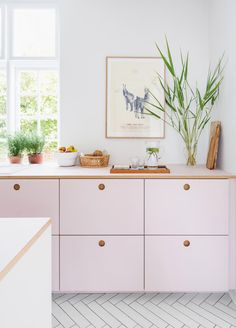"""Emilie and the family got a shock when they saw the pink kitchen they had chosen from a small color sample, Home Accessories, """"We were honestly a little shocked when the kitchen arrived and was no longer a small color sample of cm"""" Pink Kitchen Cupboards, Kitchen Colors, Home Decor Kitchen, Kitchen Interior, Home Kitchens, Pink Kitchens, Family Kitchen, Beautiful Interior Design, Beautiful Interiors"""