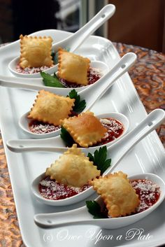 Top 10 Tasty Mini Bites for New Year's Eve Party. Crispy Ravioli with Marinara Sauce Aperitivos Finger Food, Wedding Appetizers, Fall Appetizers, Wedding Entrees, Wedding Canapes, Individual Appetizers, Shower Appetizers, Indian Appetizers, Snacks Für Party