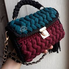 Crochet Shorts Pattern, Crochet T Shirts, Diy Bags Purses, Bag Pattern Free, Yarn Bag, Handmade Wire Jewelry, Diy Handbag, Knitted Bags, Crochet Designs