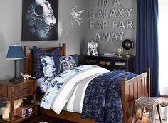 déco chambre enfant en gris et bleu foncé, motifs de Star Wars et accents en bois