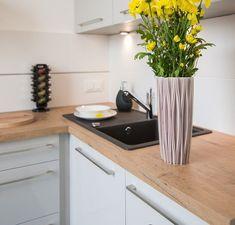 plan de travail cuisine simili bois naturel, armoires blanches et évier noir