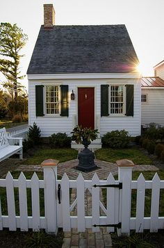 Absolutely adorable tiny house in neighborhood! Looks attached to a larger house--great granny flat pods backyard cottage awesome Little House of St. Small Cottage House Plans, Small Cottage Homes, Cute Cottage, Tiny House Living, Cottage Living, Cottage Style, Colonial Cottage, Cottage Exterior, Living Room