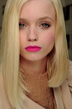 I LOVE neutral make-up with bright lips