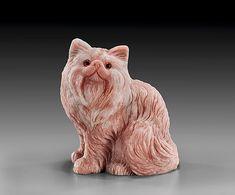 Из розового опала резная кошка Исполнитель: Рональд Стивенс, длинная шерсть персидской кошки удачно подчеркивается естественными прожилками камня. Размер:  4 1/4 дюймов в высоту. Natural History Аукцион - И. М. Хаит 5 декабря 2010 Беверли-Хиллз, Калифорния, США