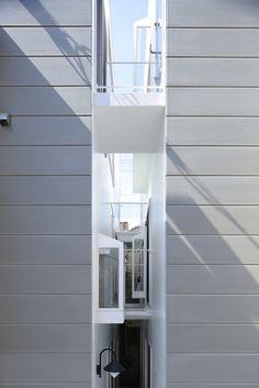 LIVING IN A GAP! architect Osamu Nishida + Naoko Mangyoku  photo by Koichi Torimura