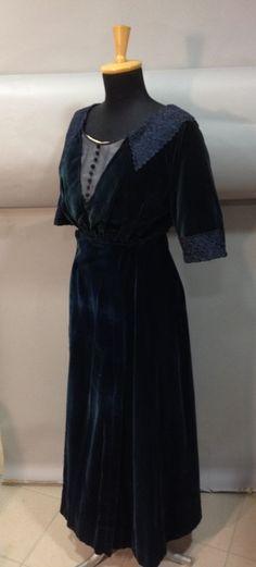 Robe de jour en deux-parties, vers 1910. Velours de soie bleu canard. Corsage décolleté carré orné de guipure sur le décolleté et les manches. Jupe longue portefeuille (bel état) Griffée sur le ruban de taille «Mlle Jallais - Robes et Manteau