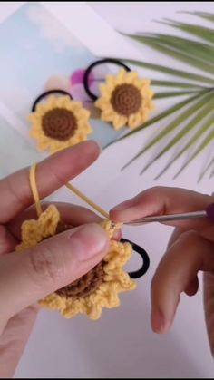 Beginner Crochet Tutorial, Crochet Flower Tutorial, Crochet Diy, Crochet Motifs, Crochet Flower Patterns, Crochet Crafts, Crochet Flowers, Crochet Projects, Yarn Flowers