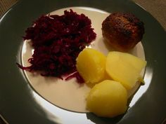 Rode kool, gekookte aardappels en gehaktbal met Mexicaanse kruiden