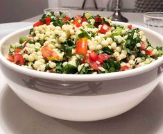Recept på tabbouleh med pärlcouscous. Den libanesiska salladen innehåller massor av persilja (supernyttigt) tomat, lök, valfri krydda, ev gurka och mynta